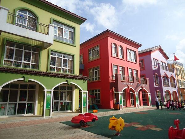 幼儿园按省一级示范幼儿园标准建设园舍,配备规范标准的活动课室,各种